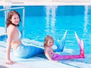 Мама с дочкой в русалочьих хвостах