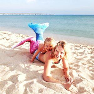 Мама с дочкой в русалочих хвостах